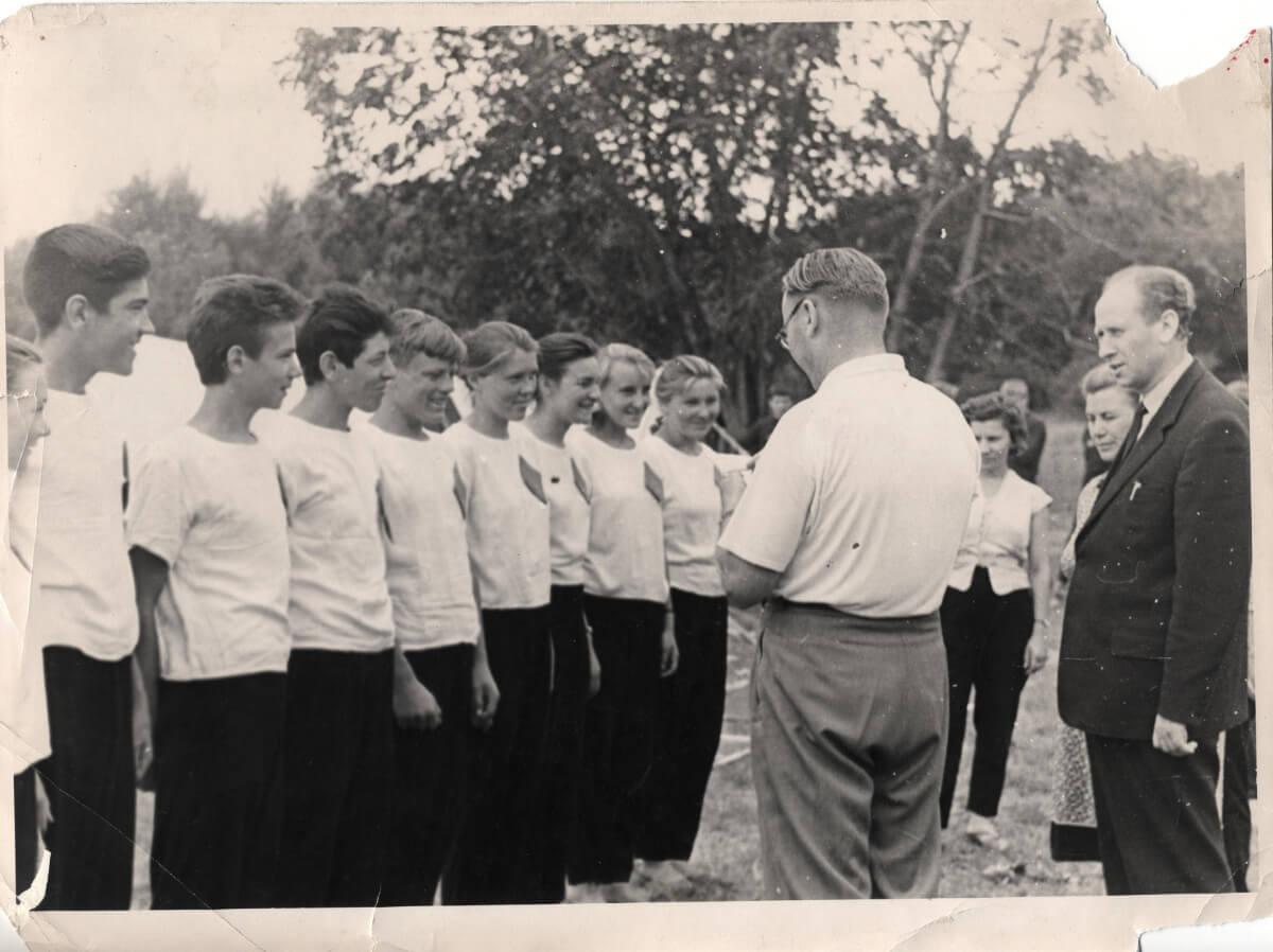 Директор Шарлыкской школы А.С. Голубничий со старшеклассниками