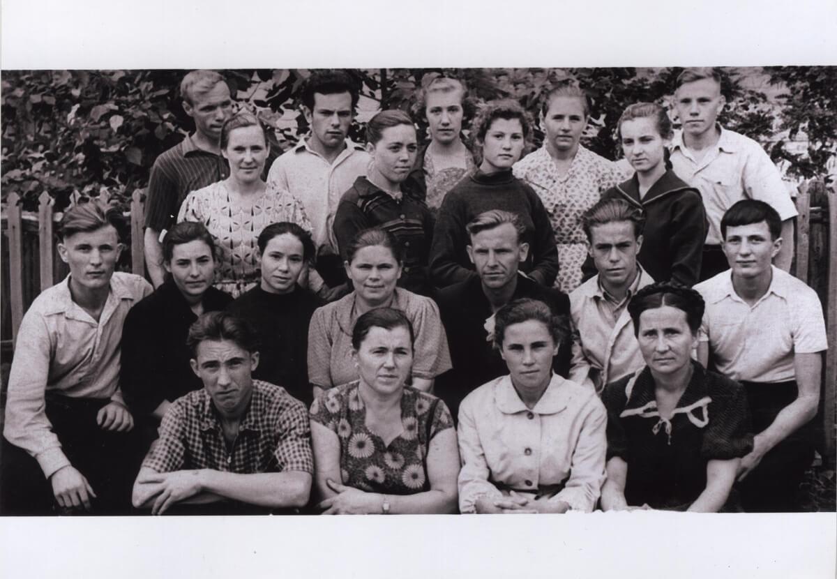 Учителя и старшеклассники Шарлыкской средней школы №1