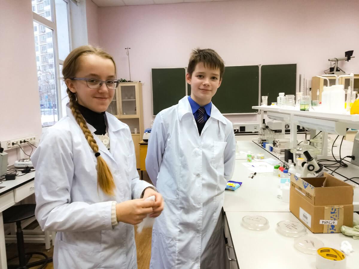 Ученики Людмилы Раводиной в лаборатории